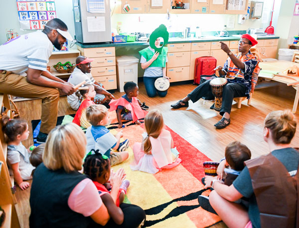 Wolf Trap Master Teaching Artist Kofi Dennis interacts with students and teachers in a Chattanooga-area early childhood classroom.